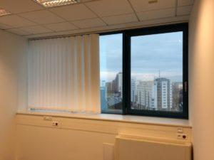 Roleta na oknie pionowa