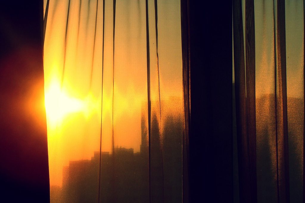słońce przebijające się przez okno
